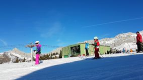 Corsa con gli sci e snowboard di Ski Slope With Many People stock footage