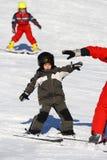 Corsa con gli sci felice del bambino in giovane età Immagine Stock Libera da Diritti