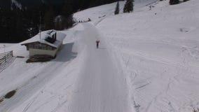 Corsa con gli sci felice in Saalbach-hinterglemm Austria video d archivio