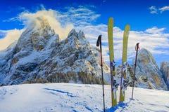 Corsa con gli sci con il panorama di stupore di Pale di Sant Martino di Castrozza immagine stock