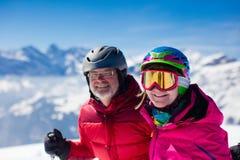 Corsa con gli sci matura delle coppie nelle montagne Fotografia Stock Libera da Diritti