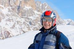 Corsa con gli sci sorridente dell'uomo senior del ritratto Fotografia Stock Libera da Diritti