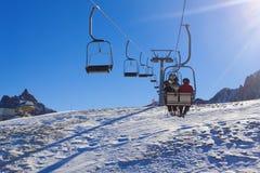Corsa con gli sci, stagione invernale, montagne ed attrezzature dello sci sulla pista L'Italia Le alpi delle dolomia Immagini Stock Libere da Diritti