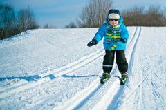 Corsa con gli sci sveglia del ragazzino sulla traversa fotografia stock