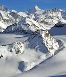 Corsa con gli sci svizzera della regione selvaggia delle alpi Fotografia Stock