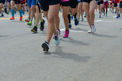 Corsa corrente maratona, molti piedi dei corridori sulla strada, sport, forma fisica e stile di vita sano immagine stock libera da diritti