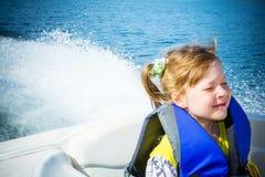 Corsa dei bambini su acqua nella barca Immagini Stock