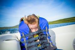 Corsa dei bambini su acqua nella barca Fotografia Stock
