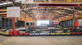 Corsa dei go-kart: Noleggio dell'interno di Kart Immagini Stock