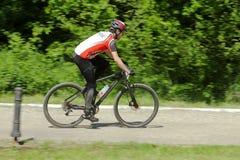 Corsa del ciclista in mountain-bike Immagine Stock