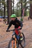 Corsa del mountain bike di sfida di Chuska: Concorrente della gioventù che lascia campo base immagine stock