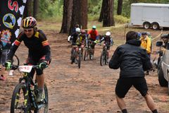 Corsa del mountain bike di sfida di Chuska: Divisione della gioventù, inizio emozionante immagini stock