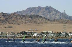 Corsa del Windsurfer in laguna blu, Dahab, Egitto Fotografie Stock