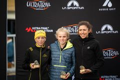 Corsa dell'Australia UTA11 della Ultra-traccia Tutti i supporti del posto nell'evento delle donne sul podio immagini stock
