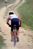 Corsa della bici di montagna Immagine Stock