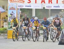 Corsa della bici di montagna alla riga di inizio. Immagini Stock