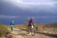 Corsa della bici nel deserto della tempesta fotografia stock libera da diritti
