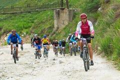 Corsa della bici sulla vecchia strada della montagna Fotografia Stock