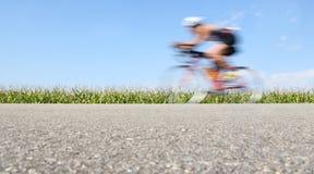 Corsa della bicicletta, sfuocatura di movimento fotografia stock libera da diritti