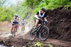 corsa della montagna della traversa del paese della bici Fotografie Stock