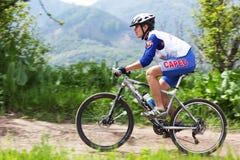 corsa della montagna della traversa del paese della bici Fotografia Stock Libera da Diritti