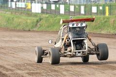 Corsa delle automobili su una pista di sporcizia fotografie stock libere da diritti