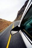 Corsa di automobile attraverso le montagne fotografie stock