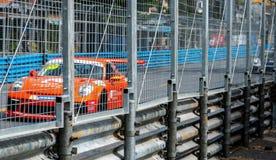 Corsa di automobile del Motorsport sulla strada asfaltata Azionamento della vettura da corsa con l'alta velocità sulla pista con  fotografia stock libera da diritti