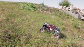 Corsa di automobile di modello di R/C Giocattoli con telecomando stock footage