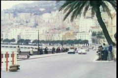 Corsa di automobili seguendo la linea della costa archivi video