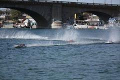 Corsa di barca di RC dal ponte Fotografia Stock