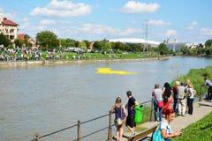 Corsa di gomma dell'anatra giù il fiume per carità Fotografia Stock Libera da Diritti