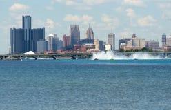 Corsa di Hydroplanes contro l'orizzonte di Detroit Immagini Stock