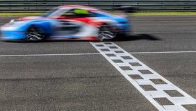 Corsa di macchina da corsa sulla pista di velocità fotografie stock libere da diritti