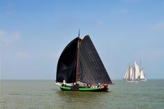 Corsa di navigazione sul ijsselmeer del lago, Volendam, Paesi Bassi Immagini Stock