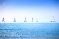 Corsa di regata dell'yacht della barca a vela sull'acqua dell'oceano o del mare Immagini Stock Libere da Diritti