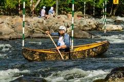 Corsa di slalom della canoa di Whitewater Fotografie Stock