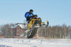 Corsa di Snowmobile immagine stock