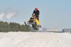Corsa di Snowmobile immagini stock