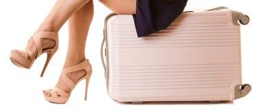 Corsa e vacanza Gambe femminili con la borsa della valigia immagine stock libera da diritti