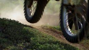 Corsa fuori strada di motocross di enduro polvere da sotto le ruote stock footage