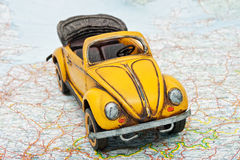 Corsa in macchina. Un'automobile del giocattolo sul programma Fotografia Stock