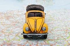 Corsa in macchina. Un'automobile del giocattolo sul programma Fotografie Stock