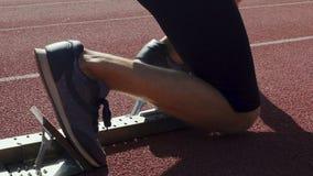 Corsa magra dai blocchetti iniziare, campionato di inizio del corridore del mondo in atletica stock footage
