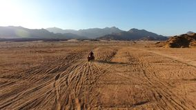 Corsa sul ATV nel deserto Fotografia Stock Libera da Diritti