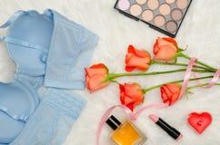 Corsage bleu avec la dentelle, vue intérieure Fourrure blanche, roses oranges et cosmétiques concept à la mode Vue supérieure Photos libres de droits