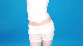 Corsetto bianco d'uso della biancheria della donna sexy archivi video