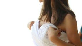 corsetto di aiuto del legame della sposa di aiuti del vestito da sposa sulla spiaggia stock footage