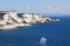 Corsica, Bonifacio, latarnia morska, cieśnina Bonifacio, plaża, morze śródziemnomorskie, wapień, faleza, skały, Bouches De Bonifa zdjęcia stock
