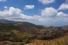 Corsicaans landschapsuitzicht met blauwe hemel en wolken in de zomer Stock Afbeeldingen